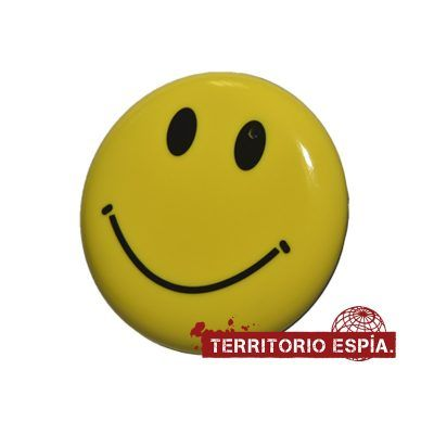 cámara espía camuflada en pin smiley